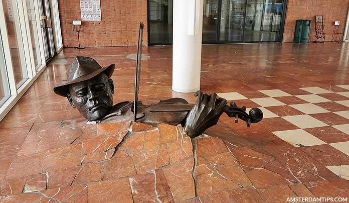 free violinist statue amsterdam